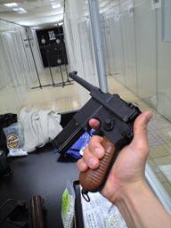 周辺に写っている他の銃は友人のものです。